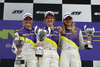 Podium: Race winner Alice Powell, second place Emma Kimilainen, third place Beitske Visser