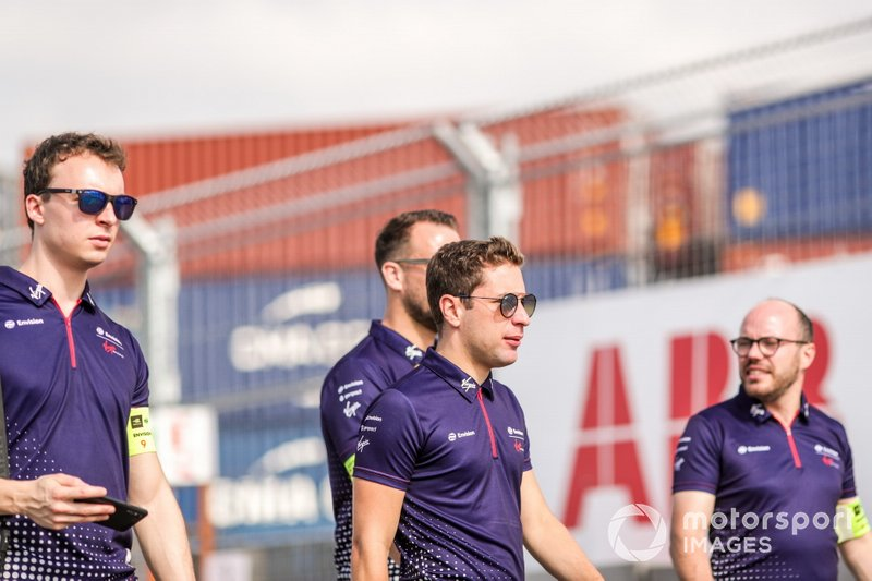 Robin Frijns, Envision Virgin Racing, on a track walk with the team