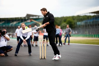 Romain Grosjean, Haas F1 plays cricket