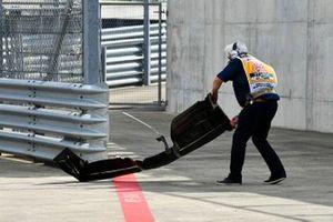 Un oficial de pista retira el alerón delantero de Romain Grosjean, Haas F1 Team VF-19