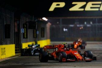 Charles Leclerc, Ferrari SF90, precede Lewis Hamilton, Mercedes AMG F1 W10