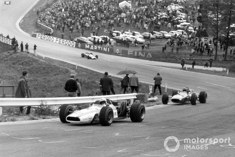 Третьим за рулем красно-белой Honda держался Джон Сёртиз. Но еще до конца первого круга британец опередил Икса...