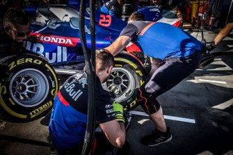 Les mécaniciens Toro Rosso s'entraînent aux arrêts au stand