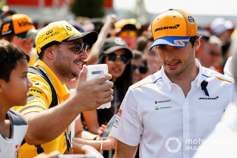 Carlos Sainz Jr., McLaren llega al paddock con un Black Ribbon en memoria de Charlie Whiting