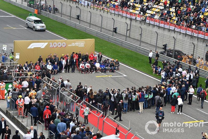 Pilotlar ve takım personeli, F1 1000 fotoğrafı için hazırlanıyor