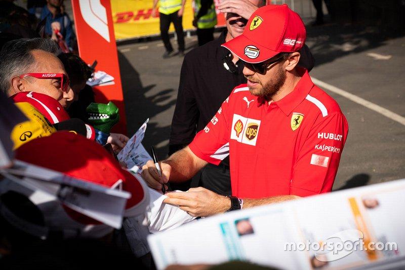 Sebastian Vettel, Ferrari firma autógrafos para los aficionados