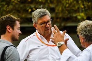Dr. Carsten Tilke, Ross Brawn, Director Ejecutivo de Motorsports, FOM y Hermann Tilke en el paddock