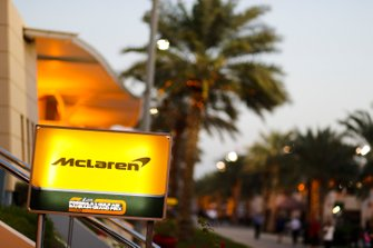 Logo McLaren dans le paddock
