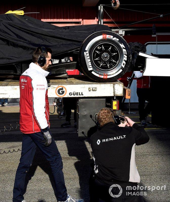 Un membro del team Renault fotografa la monoposto di Kimi Raikkonen Alfa Romeo Racing C38, mentre viene riportata ai box
