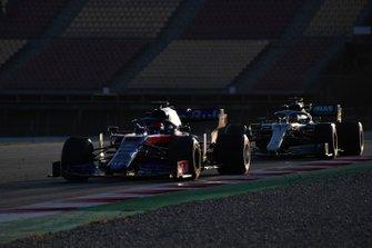 Daniil Kvyat, Scuderia Toro Rosso STR14 and Lewis Hamilton, Mercedes-AMG F1 W10 EQ Power+