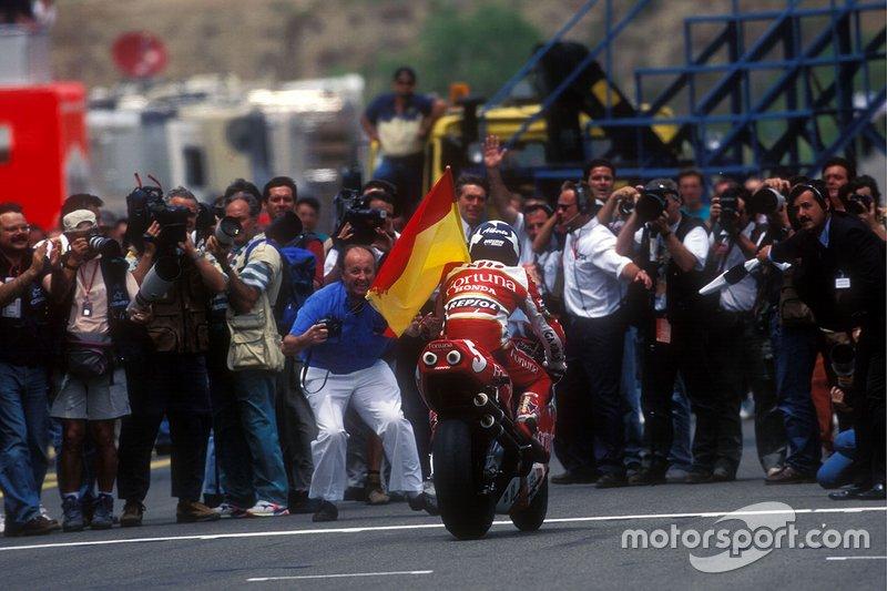Alberto Puig pasea orgulloso la bandera española en Jerez el día que ganó su única carrera en 500cc