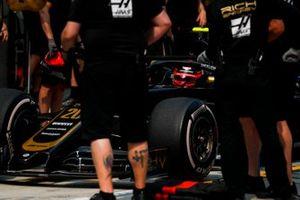 Kevin Magnussen, Haas F1 Team VF-19, dans la voie des stands