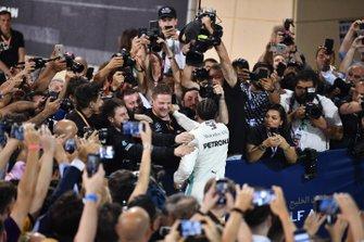 Lewis Hamilton, Mercedes AMG F1, vainqueur, fête ce résultat avec son équipe