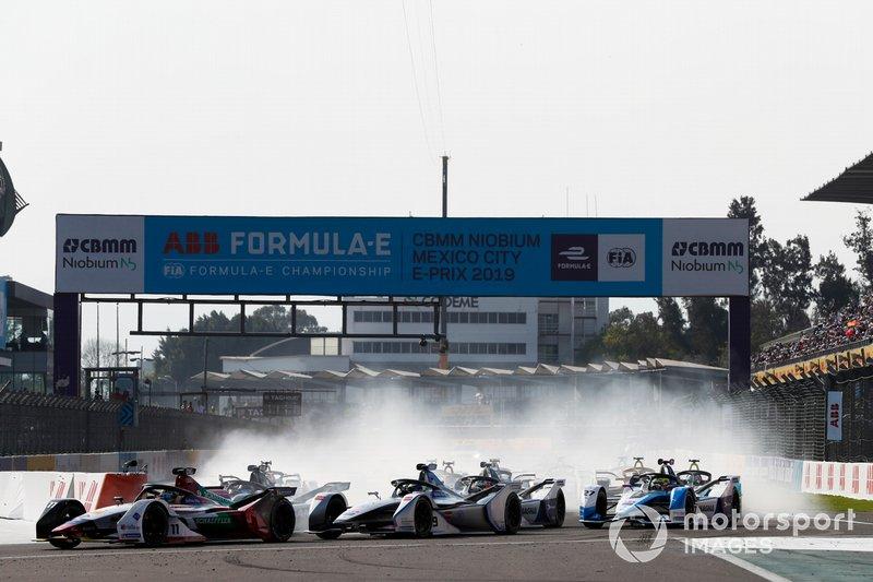Lucas Di Grassi, Audi Sport ABT Schaeffler, Audi e-tron FE05 leads Felipe Massa, Venturi Formula E, Venturi VFE05 and Sébastien Buemi, Nissan e.Dams, Nissan IMO1