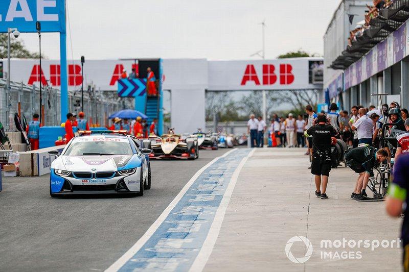 La BMW i8 Safety guida il gruppo in pitlane