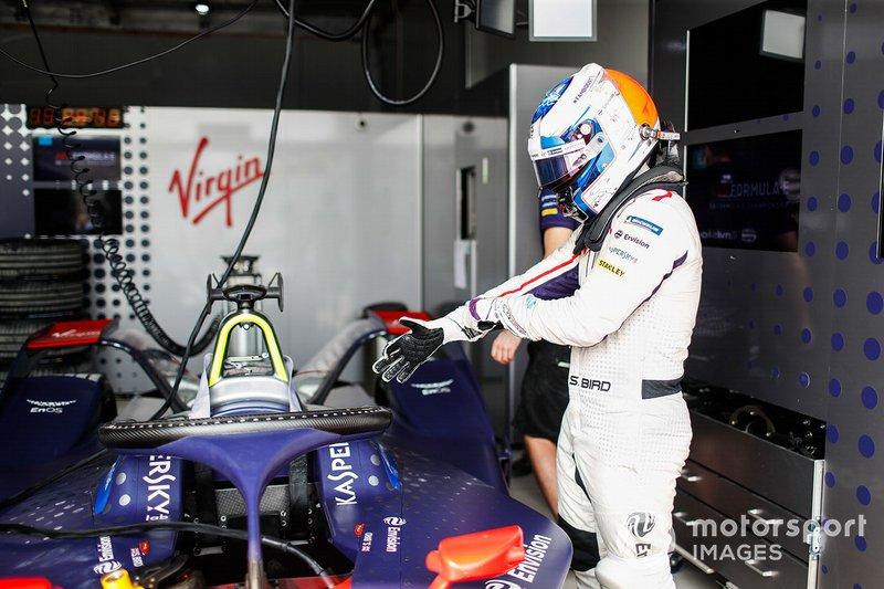 Sam Bird si prepara per salire sulla sua Envision Virgin Racing Audi e-tron FE05