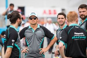 Nelson Piquet Jr., Panasonic Jaguar Racing, with team members