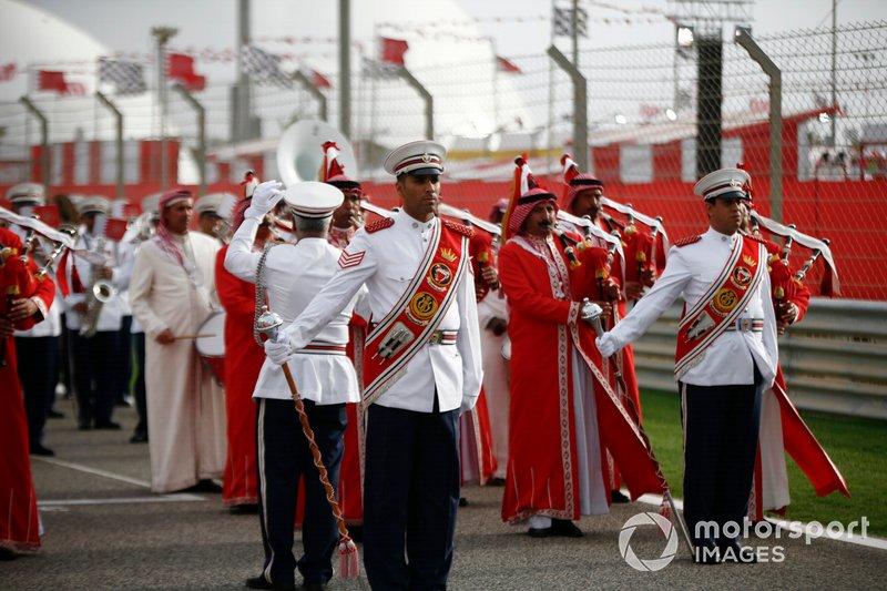 Una banda toca como parte de las celebraciones previas a la carrera