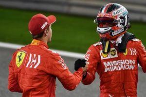 Sebastian Vettel, Ferrari, e Charles Leclerc, Ferrari, si congratulano a vicenda per aver conquistato la prima fila