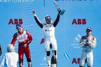 Sam Bird, Envision Virgin Racing, 1° classificato, festeggia sul podio accanto a Pascal Wehrlein, Mahindra Racing, 2° classificato, Daniel Abt, Audi Sport ABT Schaeffler, 3° classificato