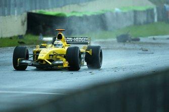 Giancarlo Fisichella, Jordan Ford EJ13, pasa por los restos de auto en la pista.