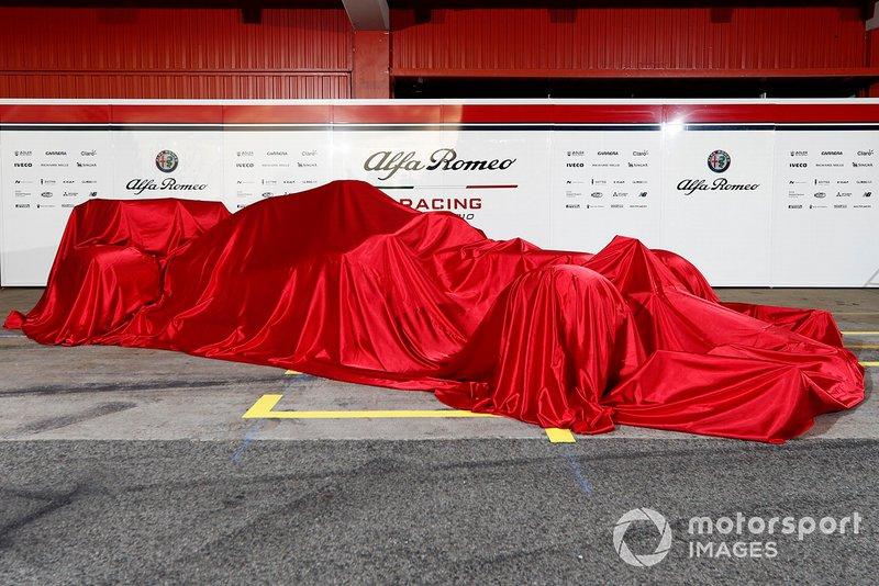 La nouvelle Alfa Romeo Racing C38 sous un drap