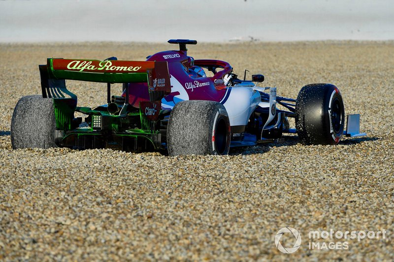 Kimi Raikkonen, Alfa Romeo Racing C38, spins into the gravel