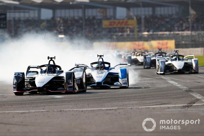 Sébastien Buemi, Nissan e.Dam, Nissan IMO1 Antonio Felix da Costa, BMW I Andretti Motorsports, BMW iFE.18 who locks up trying to pass with attack mode