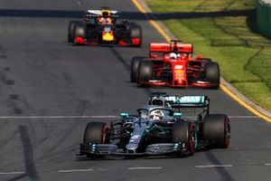 Lewis Hamilton, Mercedes AMG F1 W10, devant Sebastian Vettel, Ferrari SF90, et Max Verstappen, Red Bull Racing RB15