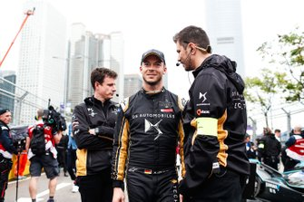 Andre Lotterer, DS TECHEETAH talks to his engineer on the grid