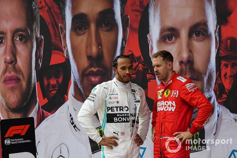 Lewis Hamilton, Mercedes AMG F1, vincitore, e Sebastian Vettel, Ferrari, terzo, parlano al Parco Chiuso