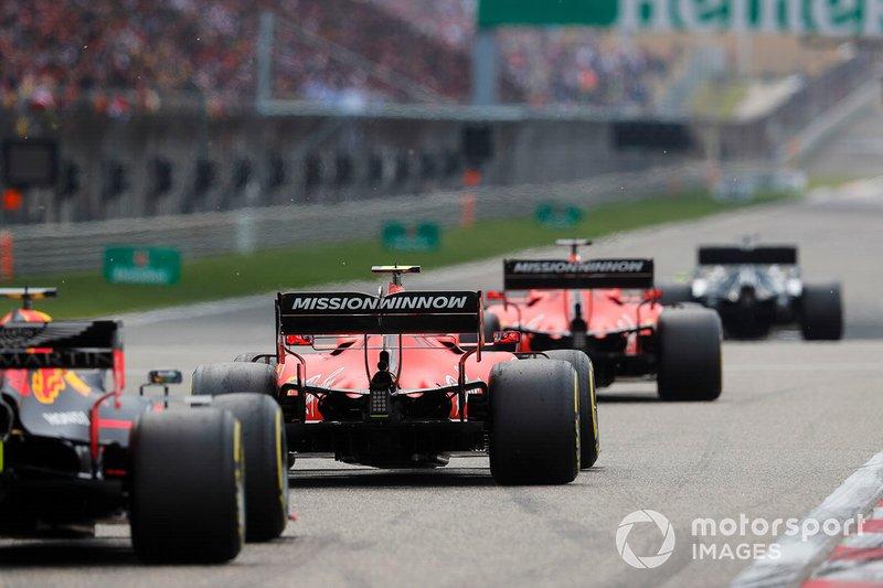Sebastian Vettel, Ferrari SF90, precede Charles Leclerc, Ferrari SF90, e Max Verstappen, Red Bull Racing RB15, verso la griglia di partenza