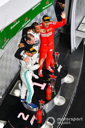Valtteri Bottas, Mercedes AMG F1, 2° classificato, Lewis Hamilton, Mercedes AMG F1, 1° classificato, e Sebastian Vettel, Ferrari, 3° classificato, sul podio