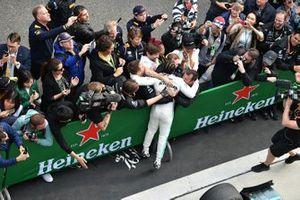 Lewis Hamilton, Mercedes AMG F1, fête sa victoire dans le Parc Fermé
