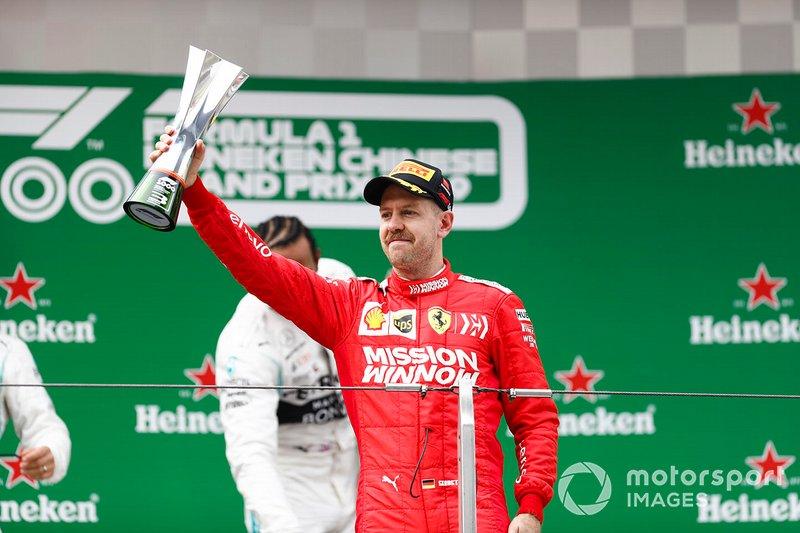 Sebastian Vettel, Ferrari, terzo, con il trofeo