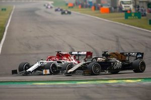 Kimi Raikkonen, Alfa Romeo Racing C38, à la lutte avec Romain Grosjean, Haas F1 Team VF-19