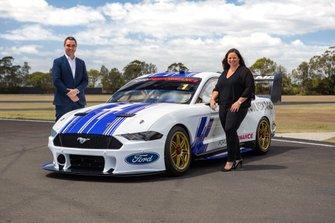 Руководитель серии Supercars Шон Симер и президент Ford Australia and New Zealand Кей Харт