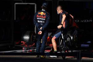 Sergio Perez, Red Bull Racing, met een teamlid
