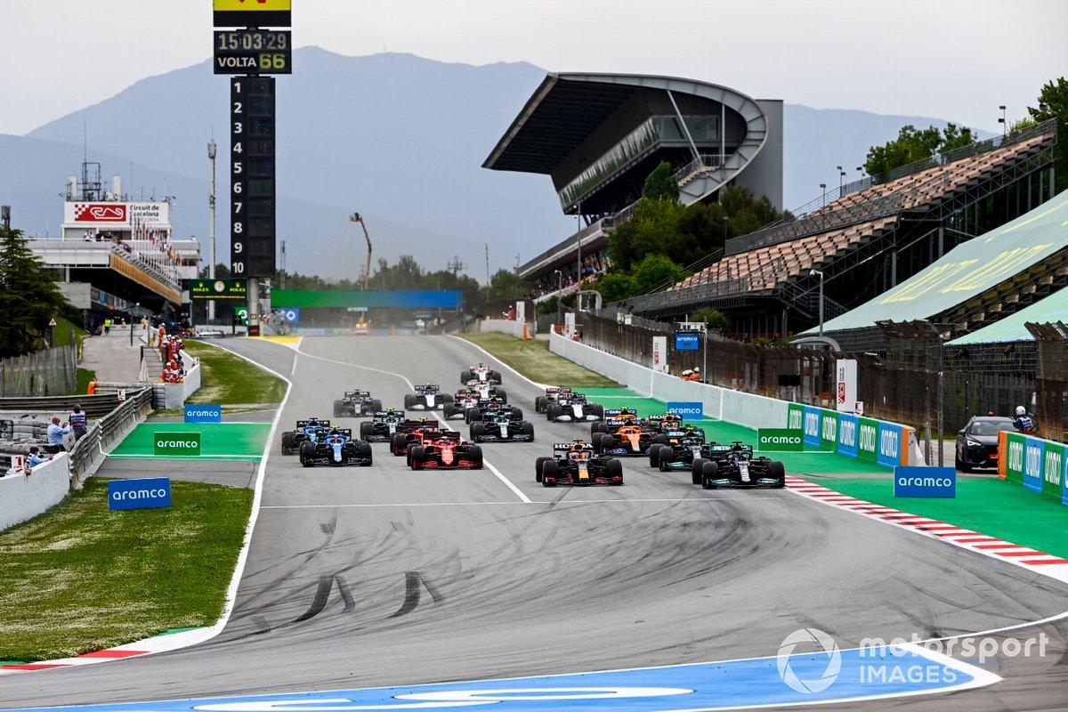 Max Verstappen, Red Bull Racing RB16B, Lewis Hamilton, Mercedes W12 luch al inicio de la carrera