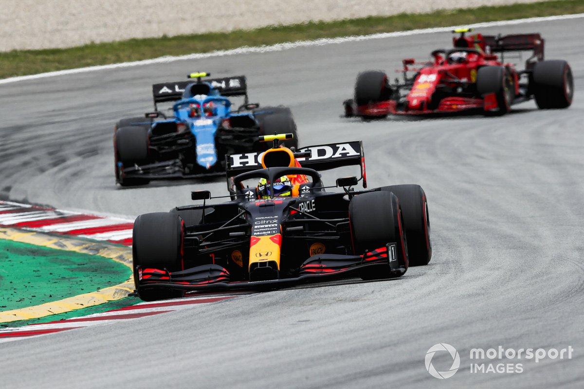 Sergio Pérez, Red Bull Racing RB16B , Esteban Ocon, Alpine A521, Carlos Sainz Jr., Ferrari SF21