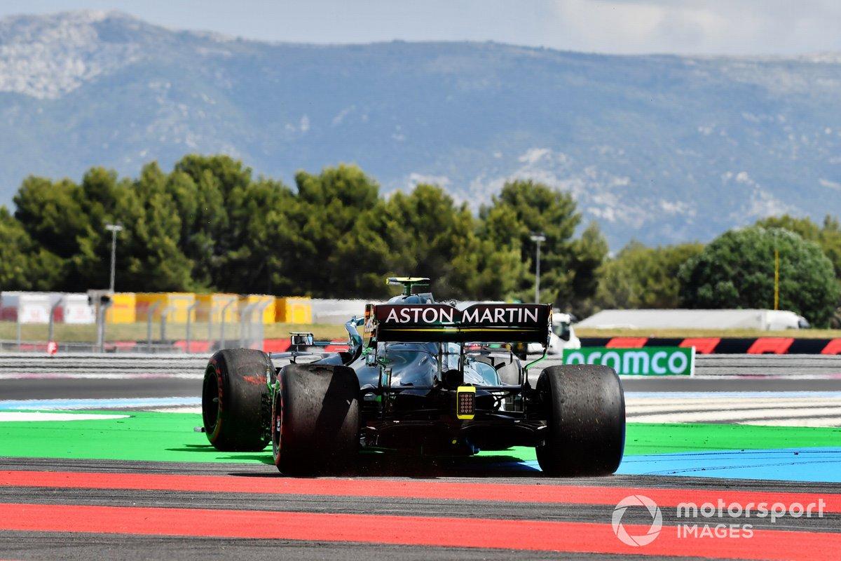 Sebastian Vettel, Aston Martin AMR21, se recupera tras un trompo en la FP1