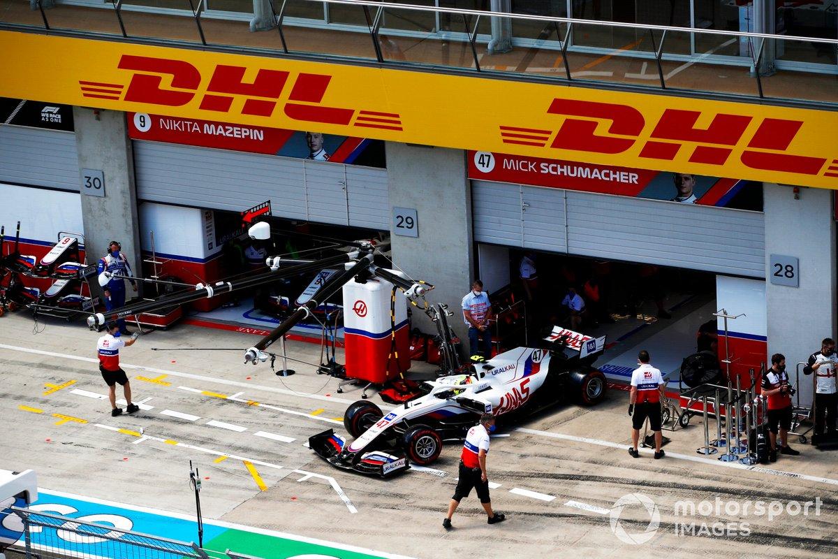 Mick Schumacher, Haas VF-21, sale del garaje