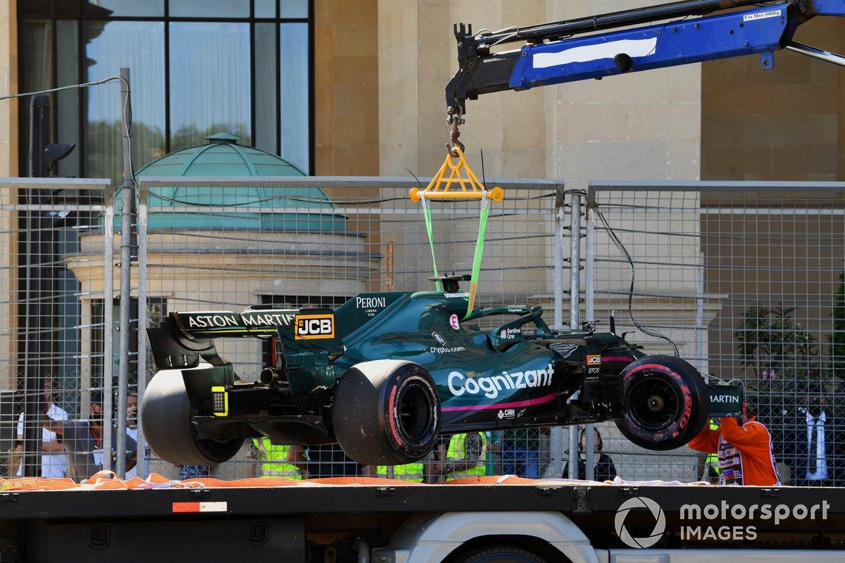 El coche de Lance Stroll, Aston Martin AMR21, es subido a una grúa