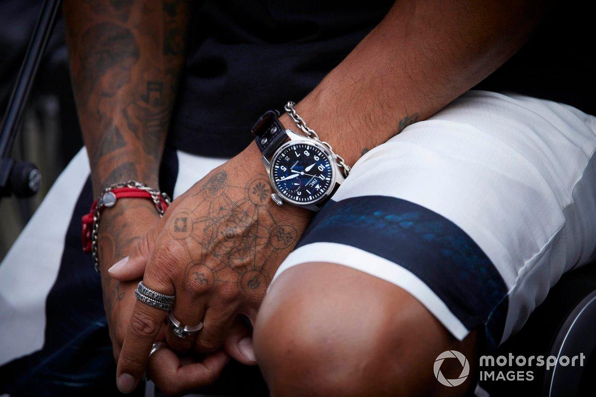 Detalle de las manos de Lewis Hamilton, Mercedes