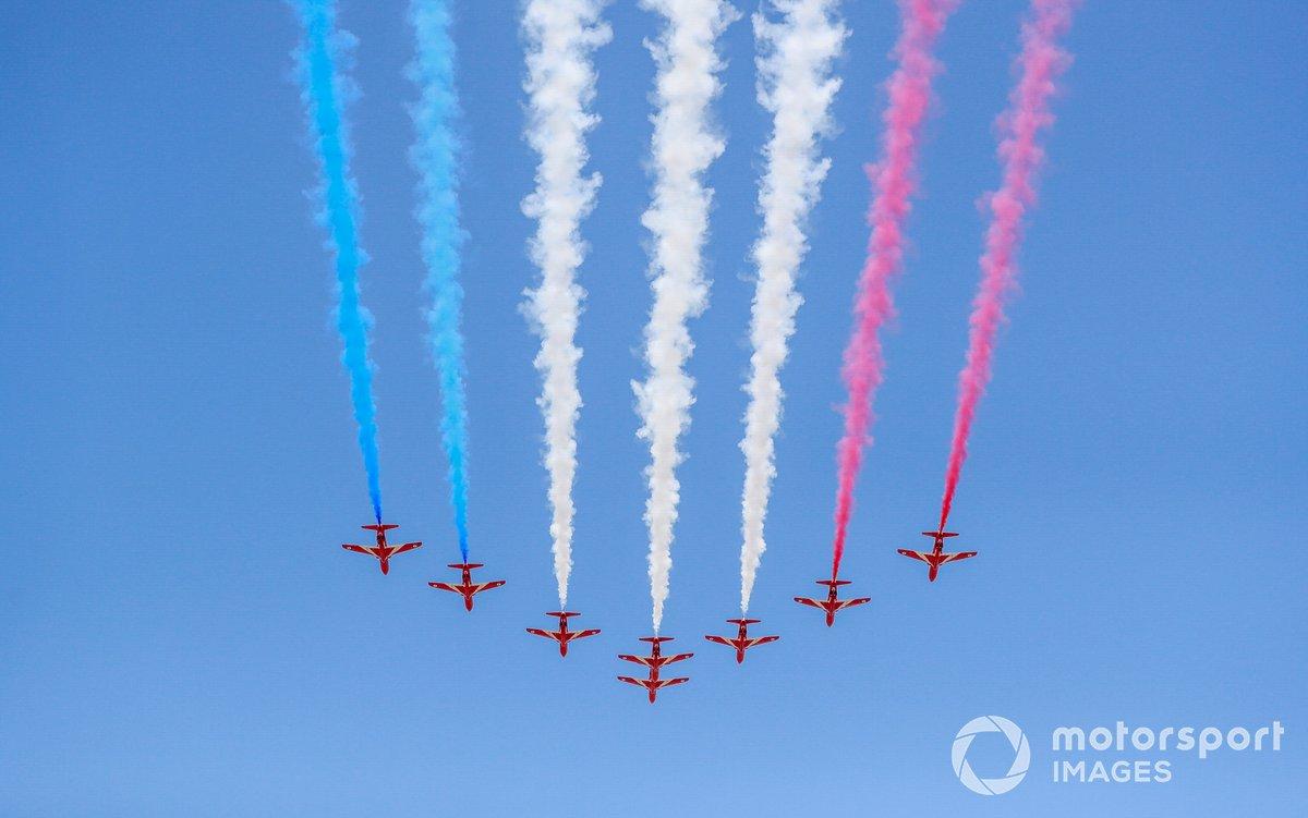 El equipo de acrobacia aérea de la RAF, los Red Arrows, se exhiben ante el público en sus BAE Systems Hawk T.Mk.1A.