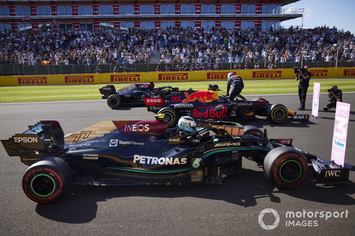Los tres primeros lugares de la carrera Sprint: tercer lugar Valtteri Bottas, Mercedes W12, Primer lugar Max Verstappen, Red Bull Racing RB16B, y segundo lugar Lewis Hamilton, Mercedes W12