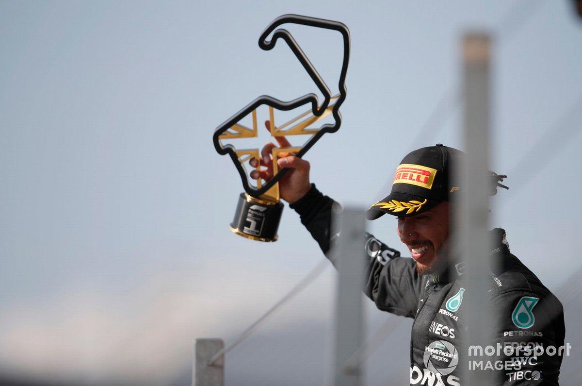 Lewis Hamilton, Mercedes, primo classificato, solleva il trofeo