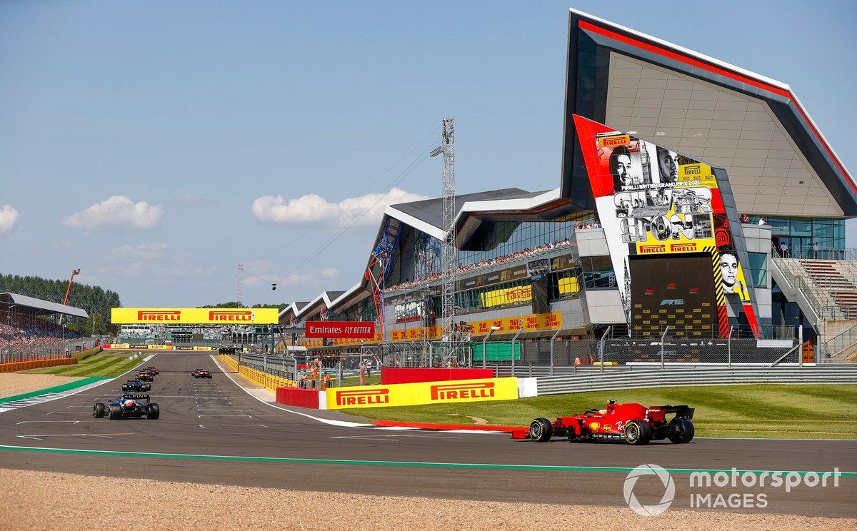 Fernando Alonso, Alpine A521, y Carlos Sainz Jr., Ferrari SF21, ocupan sus puestos en la parrilla para la reanudación