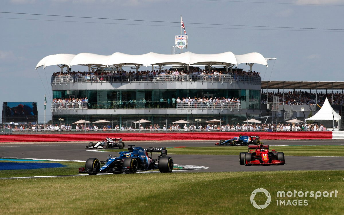 Fernando Alonso, Alpine A521, e Carlos Sainz Jr., Ferrari SF21