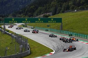 Max Verstappen, Red Bull Racing RB16B, Lewis Hamilton, Mercedes W12, Sergio Perez, Red Bull Racing RB16B, Lando Norris, McLaren MCL35M, Valtteri Bottas, Mercedes W12, and the rest of the field on the opening lap